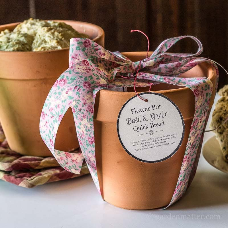 What a fun gift this would be. A flower pot with beer bread mix inside. Just add herbs, beer and melted buter.