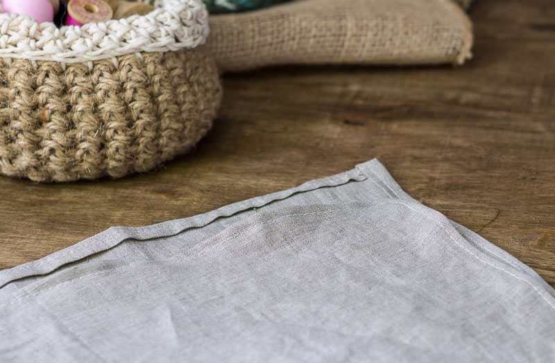 linen-napkins-folded-edge