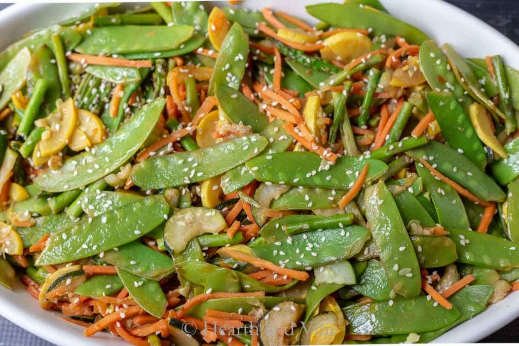 Snow peas, carrots and sesame seeds
