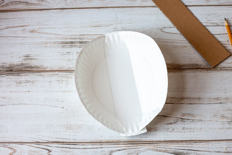 Paper plate folded on the sides to the drawn lines.