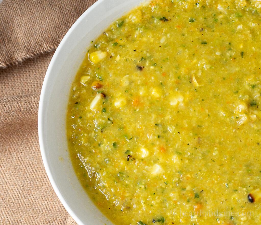 Feche a lateral de uma tigela de sopa de milho de abobrinha.