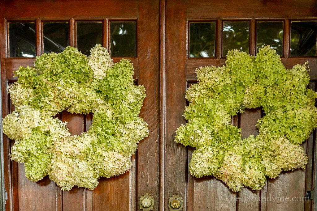 Duas grandes coroas de hortênsias Limelight em portas duplas.