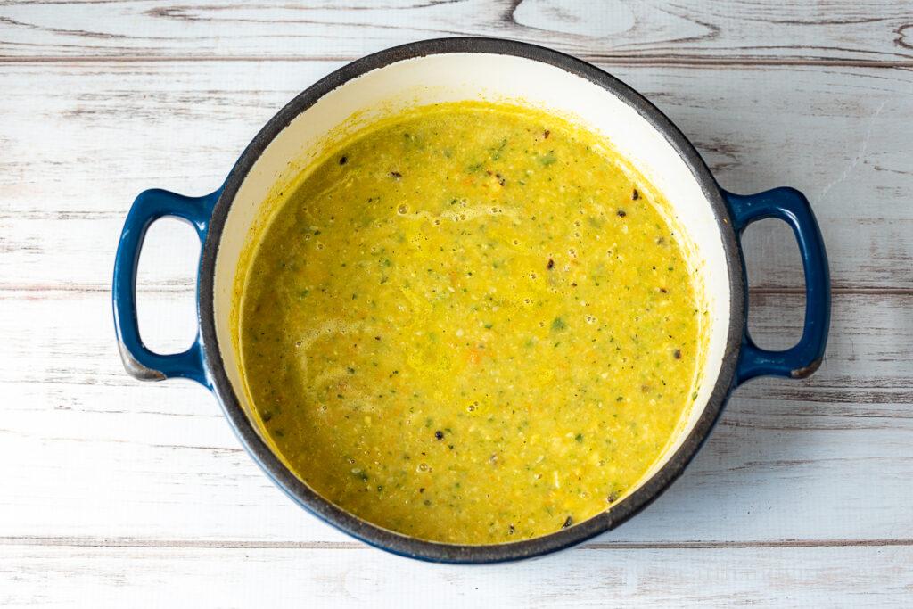 Grande panela de sopa de milho de abobrinha de verão.