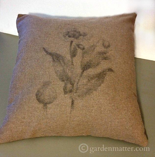 Sharing two ways to transfer botanical prints onto pillows. Easy tutorials.