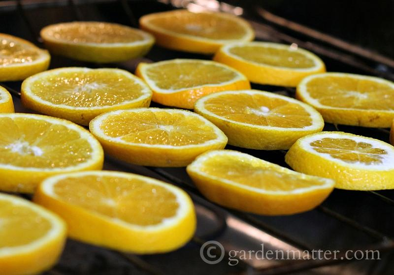 Dried orange garland. Drying orange slices in the oven.