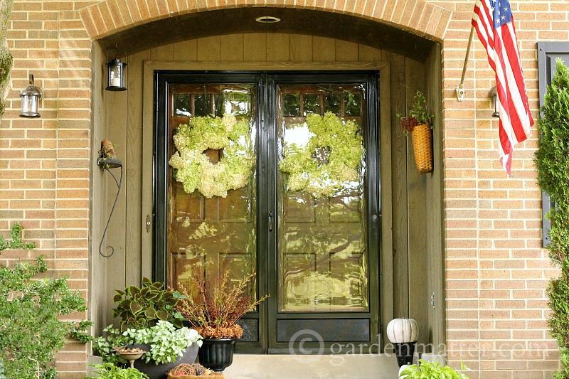 学习如何通过收集自然元素和调整你家里已有的物品来轻松地装饰秋天。