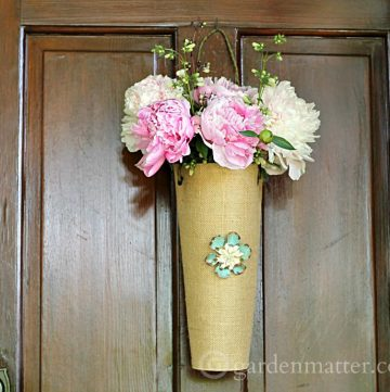Learn how to make a simple hanging flower vase from a burlap placemat.