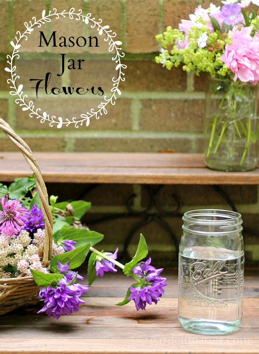 Learn how to make simple bouquets in mason jars to give or keep at home.